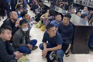 Nghệ An: Công an vây ráp bắt hơn 100 người đang tham gia đánh bạc trong quán Karaoke