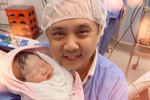 Vợ kém 30 tuổi hạ sinh con gái cho đạo diễn nổi tiếng Hong Kong