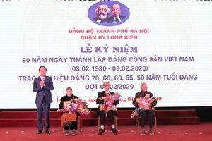 Lãnh đạo Thành phố trao Huy hiệu Đảng cho các đảng viên quận Long Biên