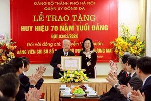 Trao tặng Huy hiệu 70 năm tuổi đảng cho đảng viên lão thành
