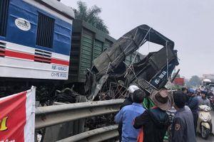 Hà Nội: Tàu hỏa tông nát ô tô chở cá, tài xế nguy kịch