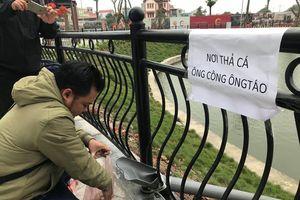Dân chung cư Hà Nội cho cá chép 'đi cầu trượt' tiễn ông Táo