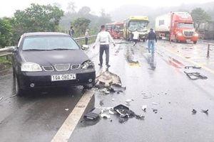 Xe ô tô tông liên hoàn trên cao tốc Nội Bài - Lào Cai