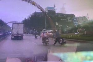 Tài xế xe máy chở lợn suýt gây tai họa cho người đi đường