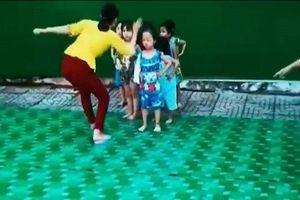 Clip cô giáo mầm non nghi tát vào mặt trẻ trong lúc tập múa