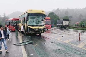 4 ô tô hư hỏng nặng sau tai nạn liên hoàn trên cao tốc Nội Bài-Lào Cai