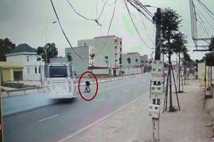 Ô tô phanh 'cháy lốp' tránh xe máy sang đường ẩu