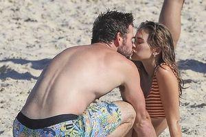Liam Hemsworth ngọt ngào hôn bạn gái mới trên bãi biển sau khi ly hôn