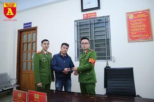 Công an phường Phú La trao trả ví tiền cho người dân
