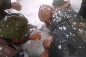Lính Ấn Độ dùng tay trần đào tuyết, cứu 2 nạn nhân bị chôn vùi