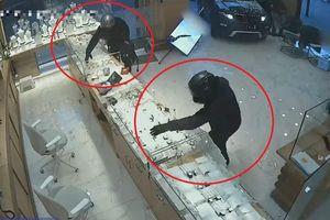 Ba tên cướp lái ôtô đâm vào cửa hàng trang sức để cướp