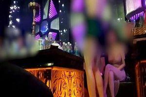 Tranh giành nữ nhân viên rót bia ở quán karaoke, lấy chai bia và micro đánh 'đối thủ'