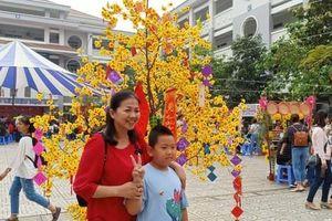 Tưng bừng hội chợ 'Nhà giáo và Mùa Xuân'