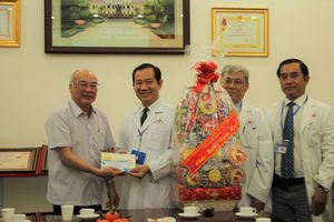 Lãnh đạo TPHCM thăm, chúc tết bà con Quận 5 và Bệnh viện Nhân dân 115