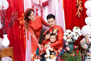 Gia đình Mai Thỏ mặc áo dài xuân chụp ảnh để ủng hộ trẻ em thiếu may mắn
