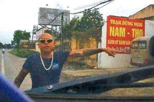 Bình Thuận: Nhóm thanh niên chắn xe tải ngang QL1 rồi đập phá một xe tải khác