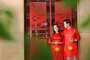 MC Hồng Phúc diện áo dài chụp ảnh xuân cùng bà xã Quỳnh Phượng và hai con