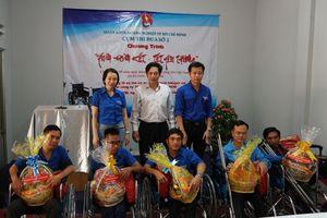 TP. Hồ Chí Minh: Trao tặng xe lăn cho người lao động bị khuyết tật