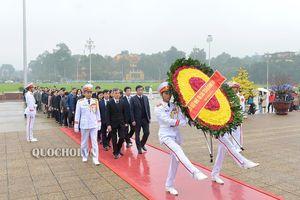 Đoàn đại biểu Văn phòng Quốc hội vào Lăng viếng Chủ tịch Hồ Chí minh, dâng hương và báo công bác