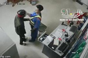 Clip: Bị uy hiếp bằng dao, nhân viên trạm xăng vẫn bình tĩnh quật ngã tên cướp