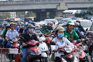 Hàng ngàn cha mẹ đội nắng chở con nhỏ về quê ăn Tết, các cửa ngõ Sài Gòn ùn ứ