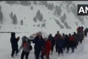 Cảnh sát bị thương được người dân cáng qua 7km đường núi ngập tuyết