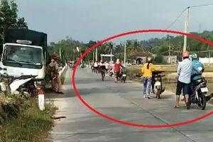Hàng loạt xe máy dắt bộ khi gặp 'chốt' CSGT