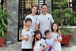 Gia đình Lý Hải Minh Hà cùng nhau về quê đón Tết, khoe áo đồng phục đầy ý nghĩa