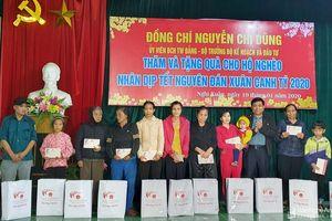 Bộ trưởng Bộ Kế hoạch và Đầu tư Nguyễn Chí Dũng trao quà Tết cho người nghèo Nghệ An