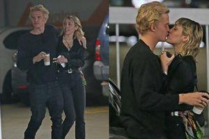 Liam mới lộ ảnh tình tứ với bồ mới 1 ngày, Miley Cyrus cũng công khai ôm hôn bạn trai: 'Drama' ăn miếng trả miếng chưa đến hồi kết?