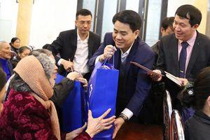 Chủ tịch UBND TP Hà Nội Nguyễn Đức Chung thăm, tặng quà Giáo xứ Chính tòa Hà Nội