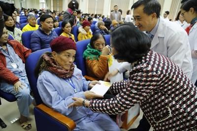 Trưởng ban Dân vận Trung ương thăm hỏi và trao quà động viên bệnh nhân ung thư
