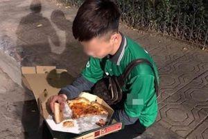 Đau lòng shipper bị bom hàng, ngậm ngùi ngồi ăn pizza trên vỉa hè