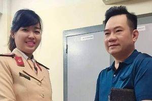 Hà Nội: Hai nữ CSGT trả lại ví cho người đánh rơi