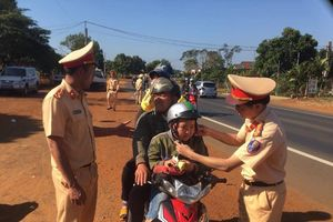CSGT Đắk Nông 'thổi còi' người đi xe máy để... tặng quà trên đường về quê ăn Tết
