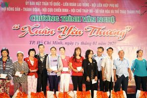 Trao 517 suất quà Tết cho hộ dân nghèo ở TPHCM