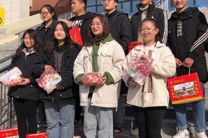 Trường cấp 2 tặng học sinh giỏi thịt lợn, cá chép ăn Tết