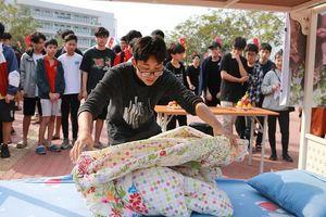 Học sinh 'trường người ta' đón Tết: Dọn nhà, gói bánh, nấu cỗ ngay tại sân trường