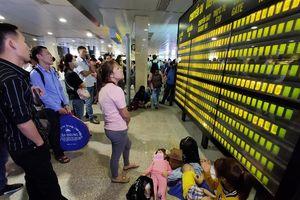 Hành khách nằm la liệt tại sân bay Tân Sơn Nhất chiều 28 Tết