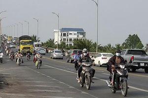Xe cộ đang 'sướng rơn người' trên đường về miền Tây