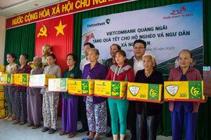 Vietcombank chi nhánh Quảng Ngãi tặng quà cho ngư dân đánh bắt xa bờ
