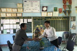 Sở Giáo dục Quảng Ngãi tặng quà Tết cho giáo viên vùng cao