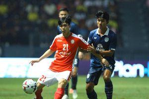 Công Phượng cười gượng khi bị thẻ vàng oan trong ngày TP.HCM thua đội bóng Thái Lan