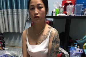 Hotgirl 9X xăm trổ cùng nhân viên bị bắt khi bán ma túy trong quán karaoke