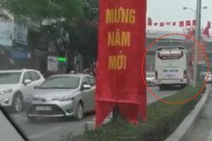 'Hãi hùng' cảnh xe khách ngang nhiên chạy ngược chiều tại Hải Phòng