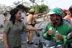 Tài xế Grab, Go Viet, Be... 'té ngửa' vì bị CSGT gọi vào để tặng nước suối