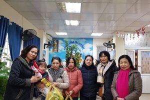 Ủy ban Hòa bình Hà Nội thăm, trao quà Tết cho bệnh nhi có hoàn cảnh khó khăn