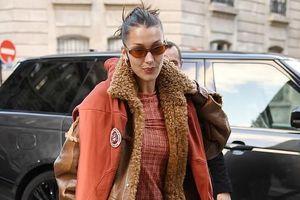 Bella Hadid mặc đồ kín đáo ra phố, thu hút với thần thái sang chảnh
