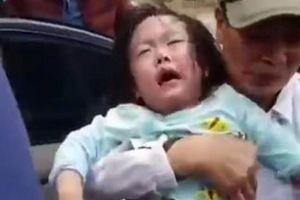 Hi hữu ngày Tết: 2 bé gái mắc kẹt trong ô-tô vì bố... quên chìa khóa