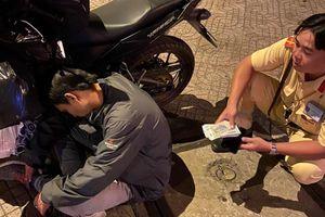 Thanh niên say xỉn, ôm gần 40 triệu ngủ quên trên đường